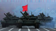 Sinnbild russischer Kampfbereitschaft: Kampfpanzer rollen anlässlich der Siegesfeierlichkeiten über das Dritte Reich am 3. Mai 2017 über den Schlossplatz von Sankt Petersburg.