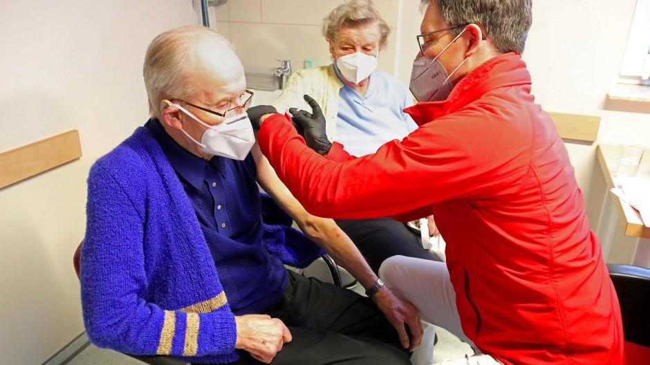 Zwei Über-80-Jährige erhalten ihre erste Corona-Schutzimpfung in Nordwestmecklenburg