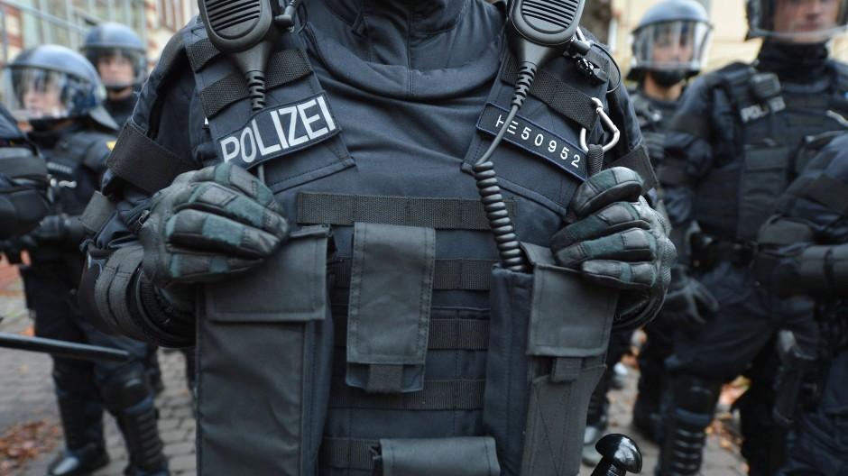 Aus ganz Deutschland angefordert: Ein Polizeibeamter trägt.auf dem Gelände des hessischen Bereitschaftspolizeipräsidiums die neue Kennzeichnung für den Einsatz bei Demonstrationen.