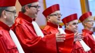 Auch Roben sind nicht billig: Der Zweite Senat des Bundesverfassungsgerichts am Mittwoch in Karlsruhe