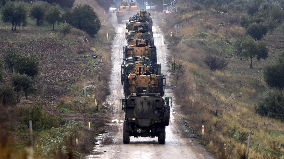 Eine Kolonne türkischer Truppentransporter 2018 an der Grenze zu Syrien
