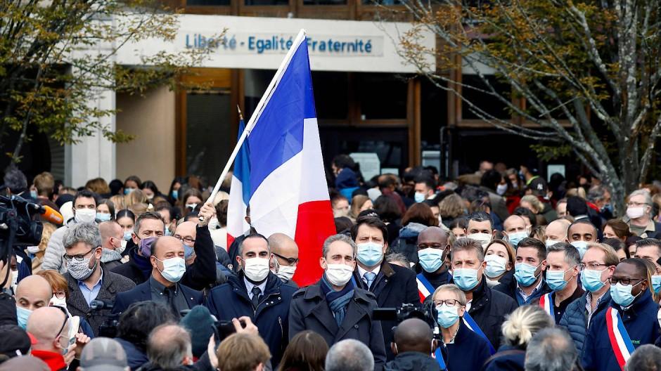 Menschen im Pariser Vorort Conflans St Honorine gedenken am Samstag Samuel Paty.