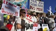 Ganz in Weiß: Umweltschützer demonstrieren vor dem Parlamentsgebäude von Queensland in Brisbane gegen die Pläne des Rohstoffkonzerns Adani.