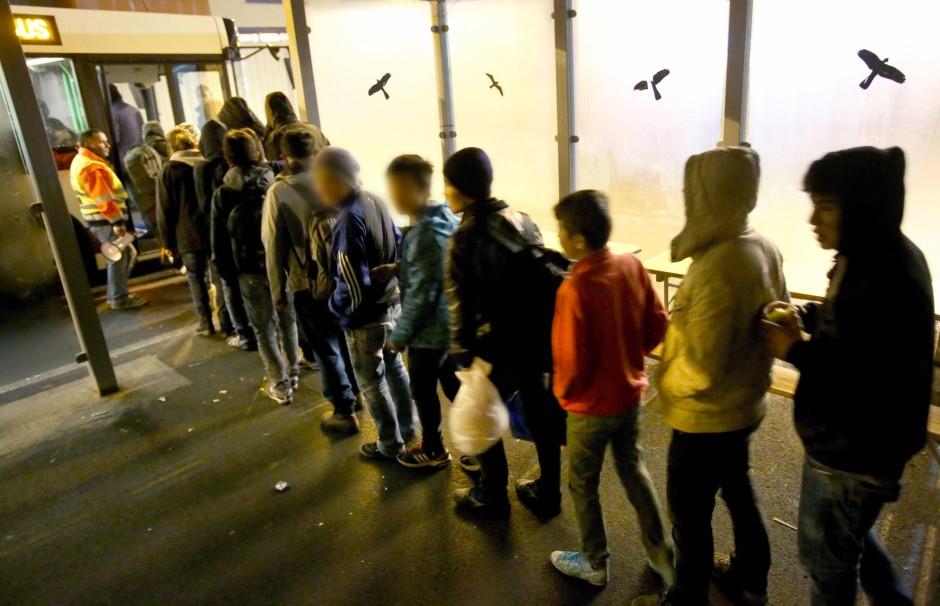 Junge Flüchtlinge, die nach Skandinavien wollen, werden im Hafen von Rostock mit Bussen zur Fähre nach Schweden gefahren (Bild vom November 2015).