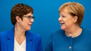 Kramp-Karrenbauer bei vertraulichen Sitzungen im Kanzleramt