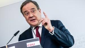 Merkels Drohung und Laschets Antwort