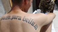 """""""Willst Du den Frieden, bereite den Krieg vor"""" steht auf Lateinisch auf dem Rücken eines Bundeswehrsoldaten, der 2011 im Einsatz nahe Kundus ist."""