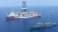 Ein türkisches Kriegsschiff begleitet ein Erdölbohrschiff nahe Zypern.