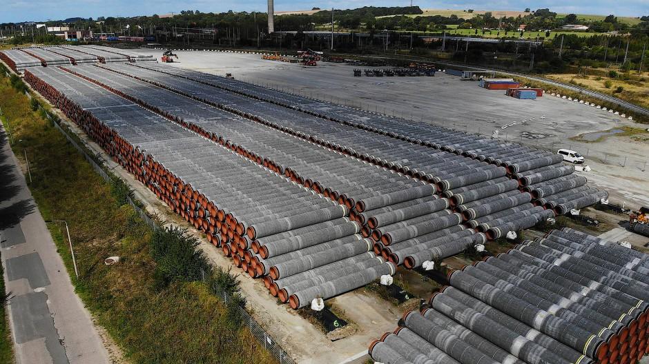 Röhren für die Pipeline Nord Stream 2 im Hafen von Mukran in Sassnitz.