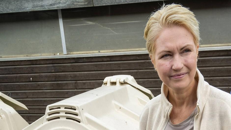 Manuela Schwesig (SPD), Ministerpräsidentin von Mecklenburg-Vorpommern, steht am Mittwoch neben einem Kälbchen am Kuhstall eines Rinderhalters.