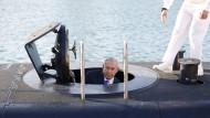 """Januar 2016: Der israelische Ministerpräsident Benjamin Netanjahu besucht die """"Rahav"""", das fünfte U-Boot der Marine, nach dessen Auslieferung in Haifa."""