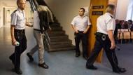 Der Angeklagte auf dem Weg in den Gerichtssaal (Archivbild)