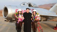 Tollkühne Pilotinnen mit nordkoreanischem Führer: Kim Jong-Un präsentiert Teil seiner Luftwaffe