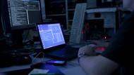 Angiff aus dem Internet: Ein Mann sitzt in Hamburg in einem abgedunkelten Raum vor Computern und Monitoren (Archivbild).