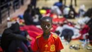 Ein Junge in einem Trikot der spanischen Fußballnationalmannschaft in einer provisorischen Flüchtlingsunterkunft