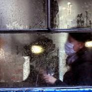 Menschen in einer Tram im Dezember in Sarajevo