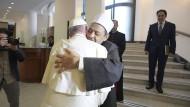 Papst Franziskus und Großimam Ahmad Mohammad al-Tayyeb umarmen sich bei einem Treffen im Oktober 2018.