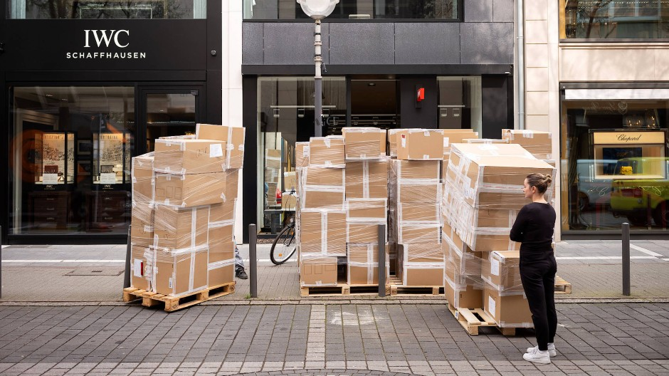 Viel hilft nicht immer viel: Die Ware für ein Frankfurter Schuhgeschäft wurde geliefert, doch das Geschäft ist geschlossen.