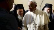 Papst Franziskus (Mitte) gemeinsam mit dem Ökumenischen Patriarchen von Konstantinopel Bartholomäus I. (links) und dem Erzbischof von Athen und ganz Griechenland, Hieronymus II.