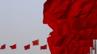 Chinas Nationalflaggen wehen über dem Platz des Himmlischen Friedens in Peking.
