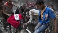 In Aleppo: Helfer versammeln sich um einen Mann, der den Tod seines Kindes beklagt.