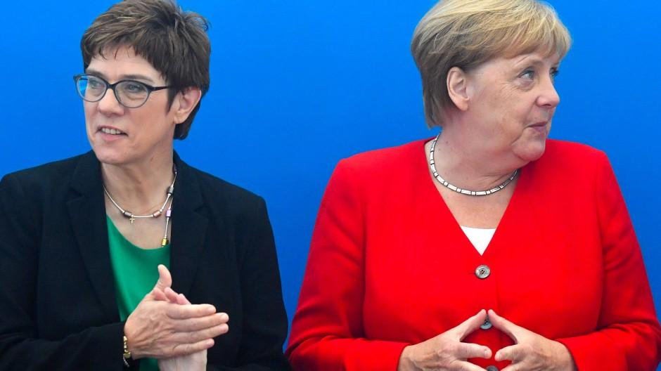 Als Gespann gescheitert: Annegret Kramp-Karrenbauer und Angela Merkel