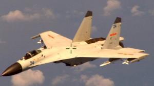 Kampfjet nähert sich amerikanischer Maschine