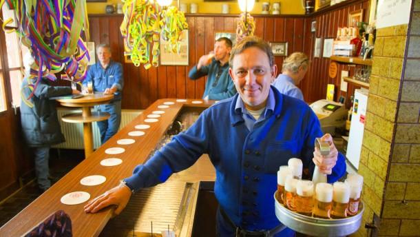 Daniel Bosdorf - Der Kellner ist seit fast 20 Jahren Köbes (kölscher Kellner) in dem Brauhaus Schreckenskammer in Köln.