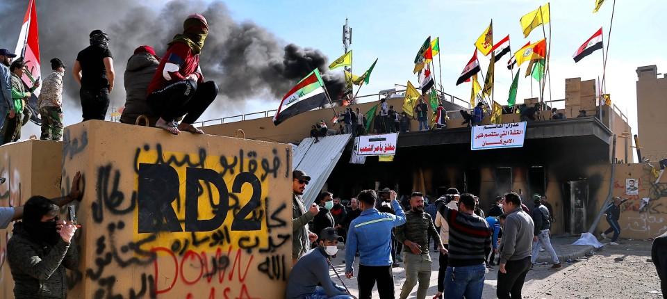 Bagdad am Neujahrstag: Anhänger pro-iranischer Milizen protestierten vor der amerikanischen Botschaft gegen die amerikanischen Luftschläge.