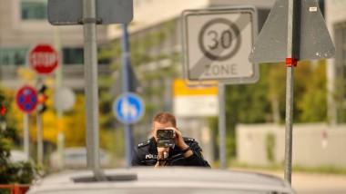 Auf sie mit dem Lasermessgerät! Ein Polizist hat die Autofahrer in der Offenbacher Bettinastraße im Blick