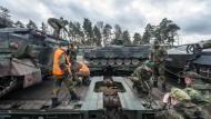 Soldaten verladen Schützenpanzer des Typs Marder 2017 auf dem Truppenübungsplatz Grafenwöhr auf einen Zug, um sie nach Litauen zu transportieren.