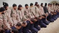"""Bild aus einem Propaganda-Video des """"IS"""" aus den ersten Monaten nachdem die Terror-Gruppe ihren eigenen Staat ausgerufen hatte. Es soll die Hinrichtung syrischen Militärpersonals zeigen."""