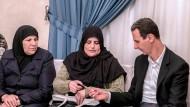 Dieses Foto, dass von der staatlichen syrischen Nachrichtenagentur veröffentlicht wurde, zeigt Baschar al Assad in Damaskus neben zwei Frauen, die angeblich aus Douma stammen.