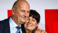 So sehen Sieger aus: Brandenburgs Ministerpräsident Dietmar Woidke umarmt seine Frau Susanne auf der SPD-Wahlparty in Potsdam nach der Bekanntgabe erster Ergebnisse zur Landtagswahl