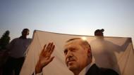 Berlin setzte bislang darauf, dass wenigstens Erdogans Berater wüssten, wie wichtig für die Türkei gute politische und wirtschaftliche Beziehungen zur EU und zu Deutschland sind.