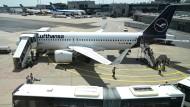 Passagiere verlassen ein Lufthansa-Flugzeug auf dem Frankfurter Flughafen