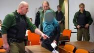 Die Angeklagte Andrea B. wird am 25.Februar 2015 in München von Polizeibeamten an ihren Platz auf der Anklagebank geführt. Die Staatsanwaltschaft wirft der Frau, die erst 2012 zum Islam konvertiert war, die Vorbereitung einer schweren staatsgefährdenden Gewalttat vor.