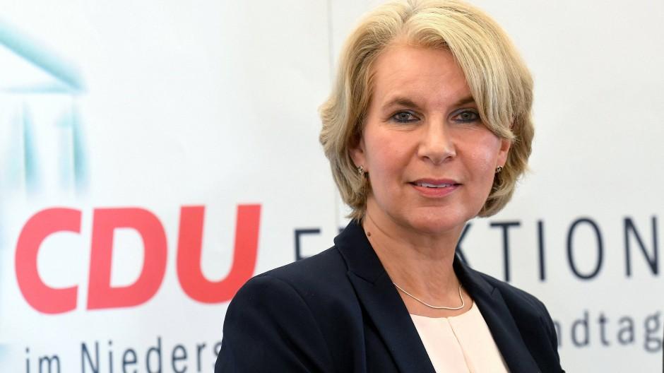 Die ehemalige Grünen Politikerin Elke Twesten spricht im Landtag in Hannover (Niedersachsen) während einer Pressekonferenz
