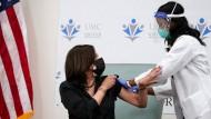 Die designierte Vizepräsidentin Kamala Harris ließ sich am Dienstag in Washington impfen.