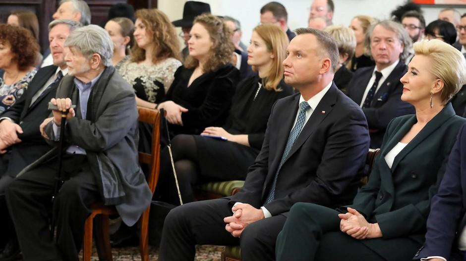 Nicht in Yad Vashem dabei: Polens Ministerpräsident Andrzej Duda (2. v.r.) und Ehefrau Agata Kornhauser-Duda  mit Vertretern der jüdischen Gemeinschaft beim Neujahrsempfang in Warschau.