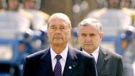 Folgsam: Raffarin geht hinter Chirac