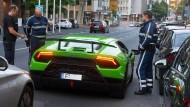 In Frankfurt kontrolliert die Polizeieinheit KART den Fahrer eines Lamborghinis (Archivbild).