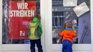 Der Kita-Streik geht weiter - und den Eltern geht die Luft aus.