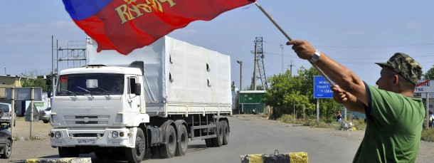Beim Überqueren der Grenze wird die russische Flagge für den Hilfskonvoi geschwenkt