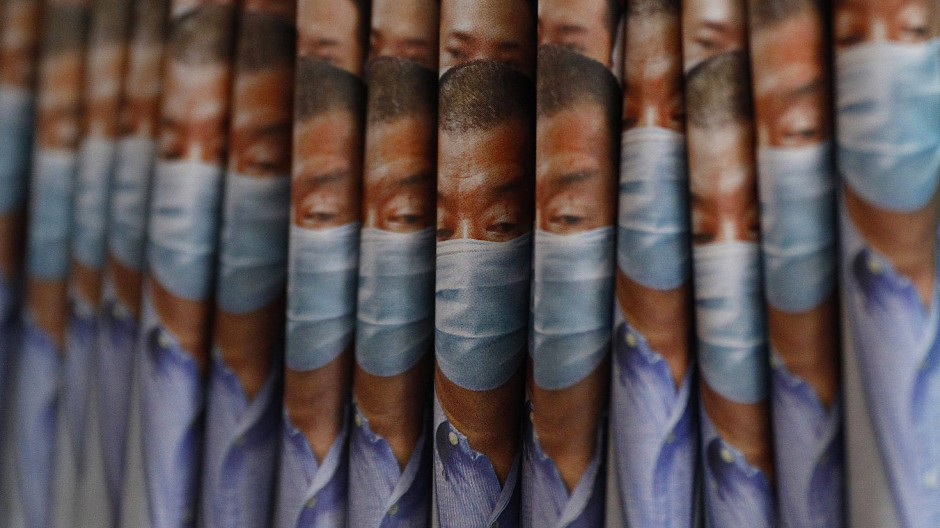 Vielerorts ausverkauft: Exemplare der Zeitung Apple Daily mit Titelseiten, auf denen der Hongkonger Medien-Tycoon Jimmy Lai abgebildet ist am Kiosk