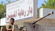 Ein jemenitischer Regierungssoldat vor dem von Terroristen attackierten Altenheim in Aden