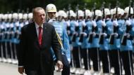 Recep Tayyip Erdogan schreitet bei seiner Ankunft zu einer Sondersitzung des Parlaments am dritten Jahrestag des gescheiterten Putschversuchs in der T�rkei eine Ehrengarde ab.