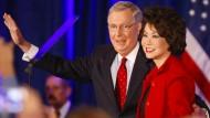 In zweiter Ehe lebt McConnell mit der früheren Arbeitsministerin Elaine Chao