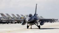 """Ein türkisches Kampfflugzeug vom Typ F-16 """"Fighting Falcon"""" rollt über die Landebahn des Flughafens der zentralanatolischen Stadt Konya (Archivbild)."""