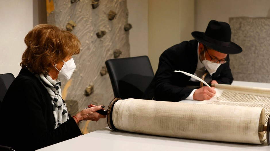 Charlotte Knobloch, Präsidentin der Israelitischen Kultusgemeinde München, sieht am Mittwoch im Bundestag zu, wie Rabbiner Shaul Nekrich die historische Sulzbacher Torarolle von 1792 fertigstellt, die 2013 wiederentdeckt und gerade restauriert wurde.